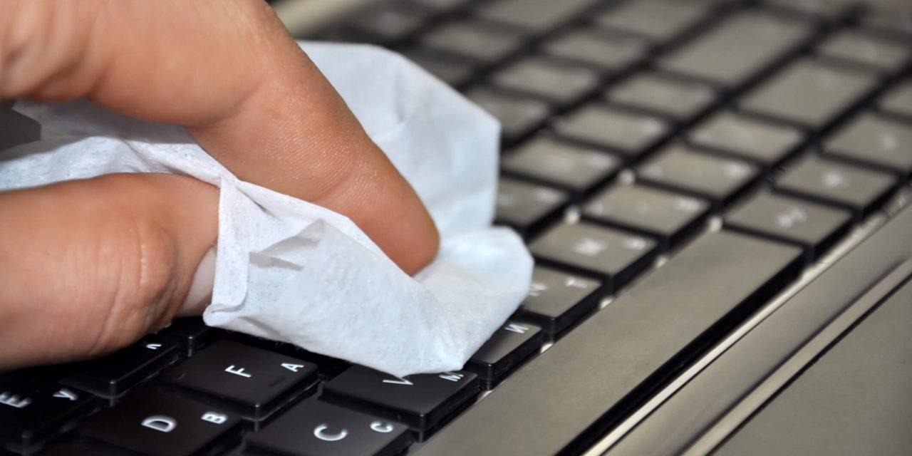 Saiba como realizar a limpeza do teclado do notebook de maneira correta!